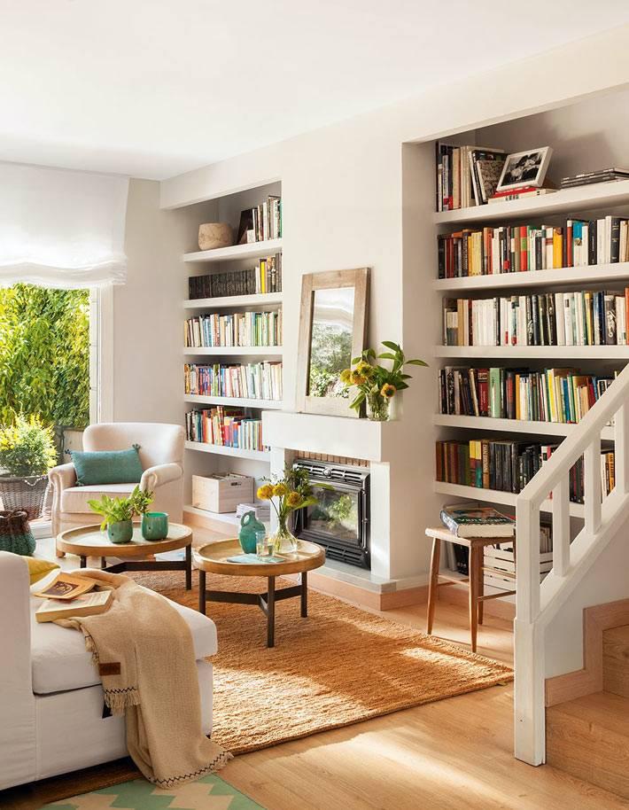Домашняя библиотека в гостиной испанского дома фото