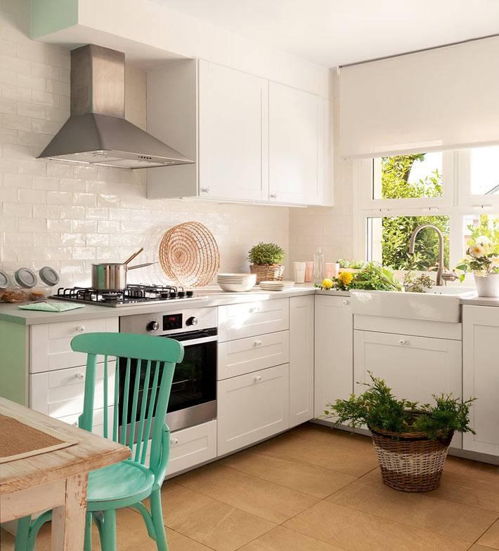 Кухонная мебель белого цвета в сочетании с бирюзовыми стульями фото
