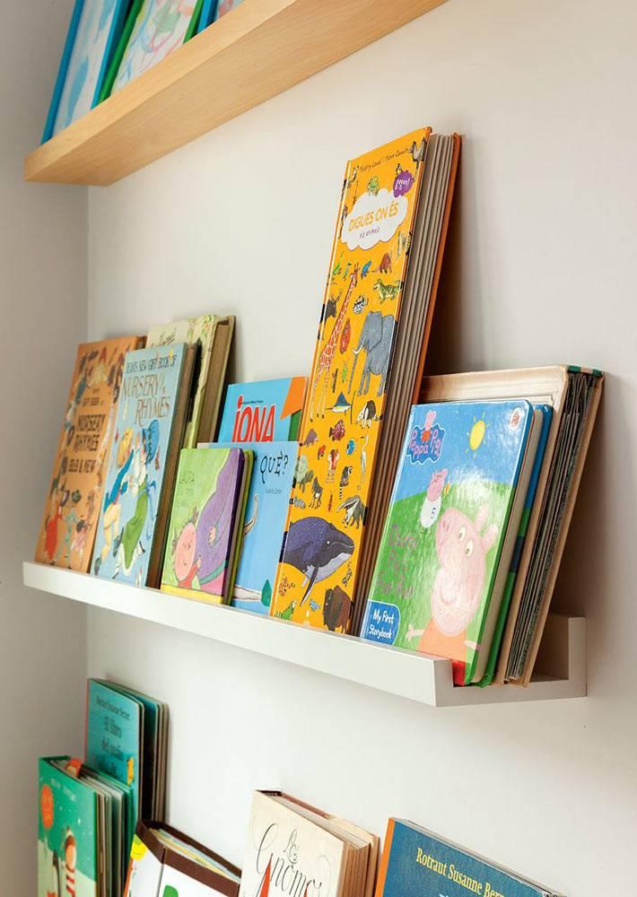 Удобные полки-рейки для книг в интерьере детской комнаты фото