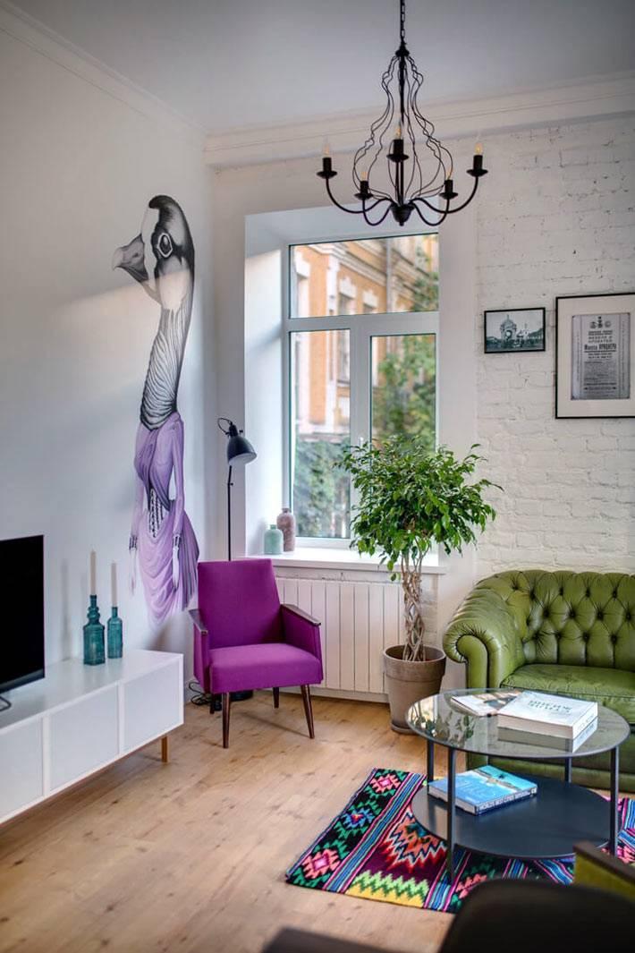 Рисунок утки в фиолетовом платье на стене гостиной комнаты фото