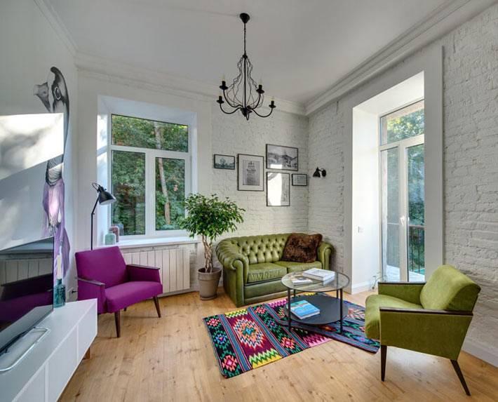 Современный дизайн гостиной комнаты с белыми кирпичными стенами фото