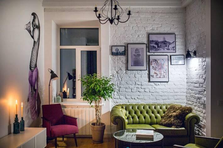 Вечерний интерьер современной гостиной комнаты фото