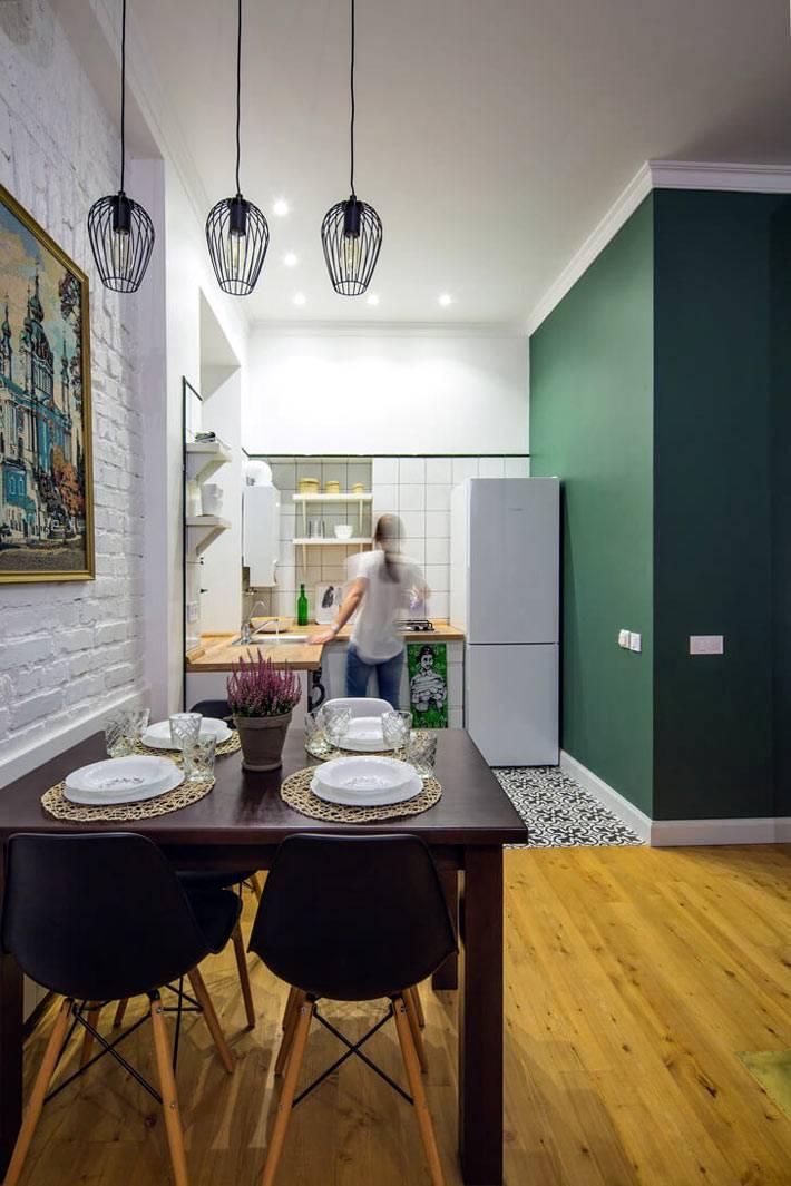 Обеденная зона с подвесными лампами на кухне фото