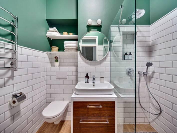 Белая плитка и зеленые стены в дизайне ванной комнаты фото