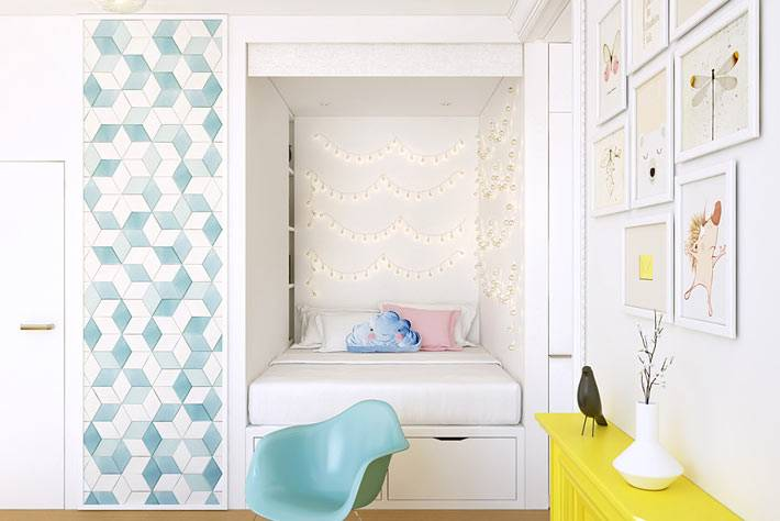 Красивый декор в виде картин и гирлянды в дизайне квартиры фото