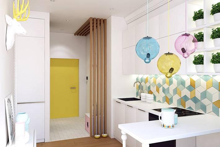 Интерьер кухни в белом цвете с вкраплением ярких элементов фото