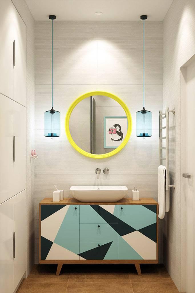 Круглое зеркало в желтой раме и тумба с геометрическим рисунком в ванной комнате фото