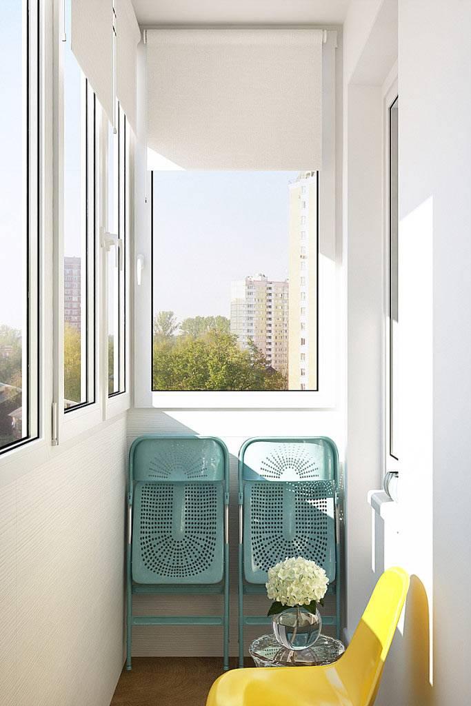 Застекленный балкон со стульями и столиком фото