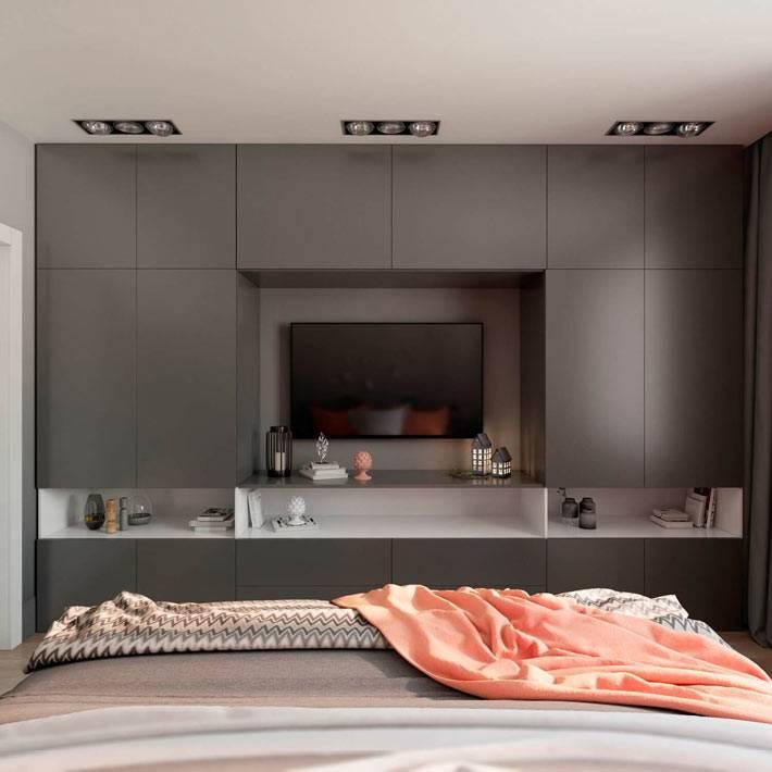 Серый встроенный шкаф напротив кровати в спальне фото