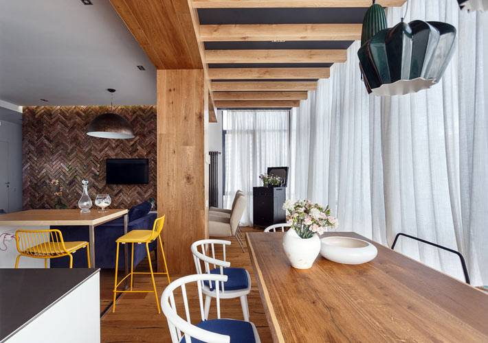 Красивая квартира для художника с панорамными окнами фото