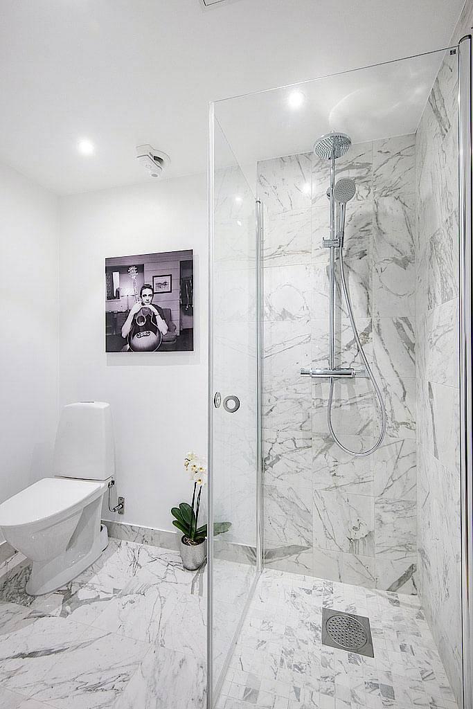 Интерьер ванной комнаты с душевой кабиной фото