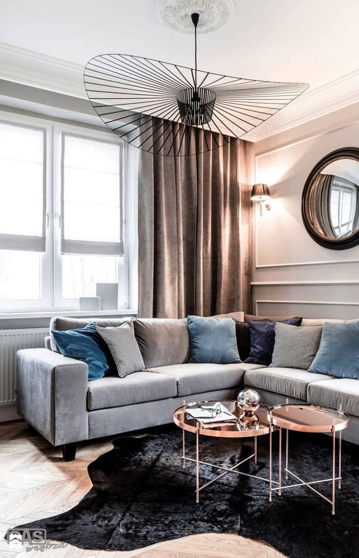 Интерьер гостиной комнаты с оригинальной люстрой фото