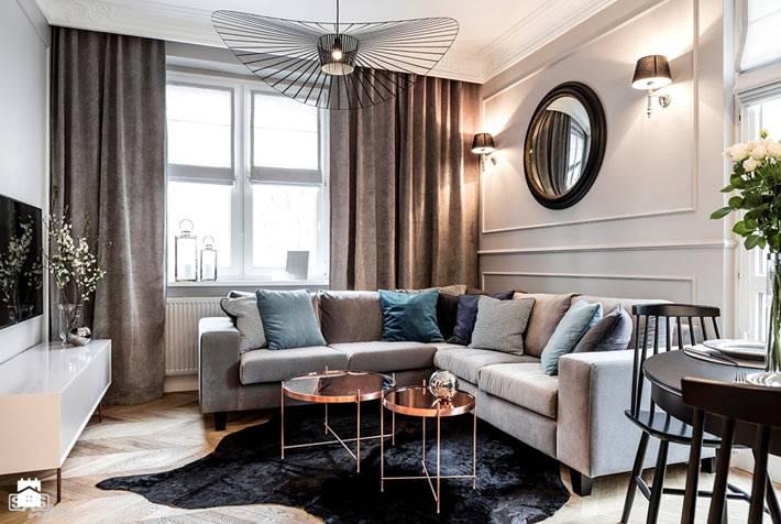 Красивый дизайн гостиной со шкурой на полу и модульным столиком фото