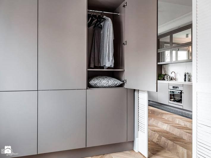 Большой вместительный серый шкаф для хранения вещей в квартире фото