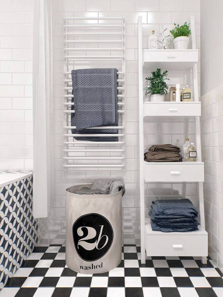 Белая открытая полка-стремянка в интерьере ванной комнаты фото