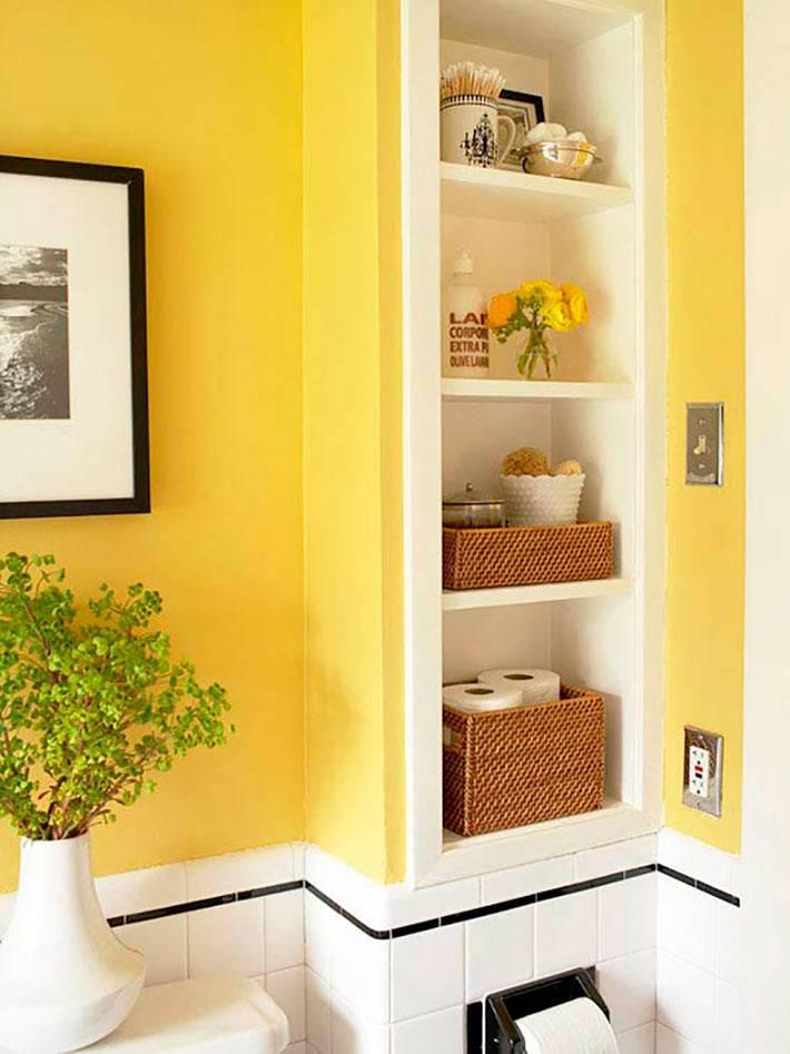 Желтый цвет на стенах ванной комнаты с удобными полками фото