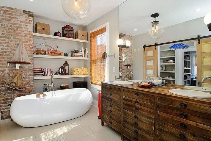 белые полки для книг и плетеных корзин в интерьере ванной