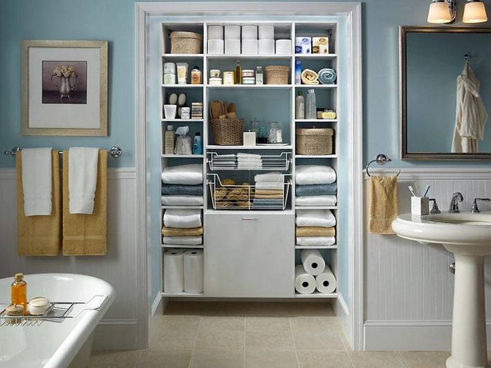 Углубленная ниша-стеллаж в интерьере ванной комнаты фото