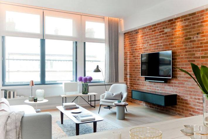 Кирпичная стена в дизайне гостиной комнаты в квартире фото