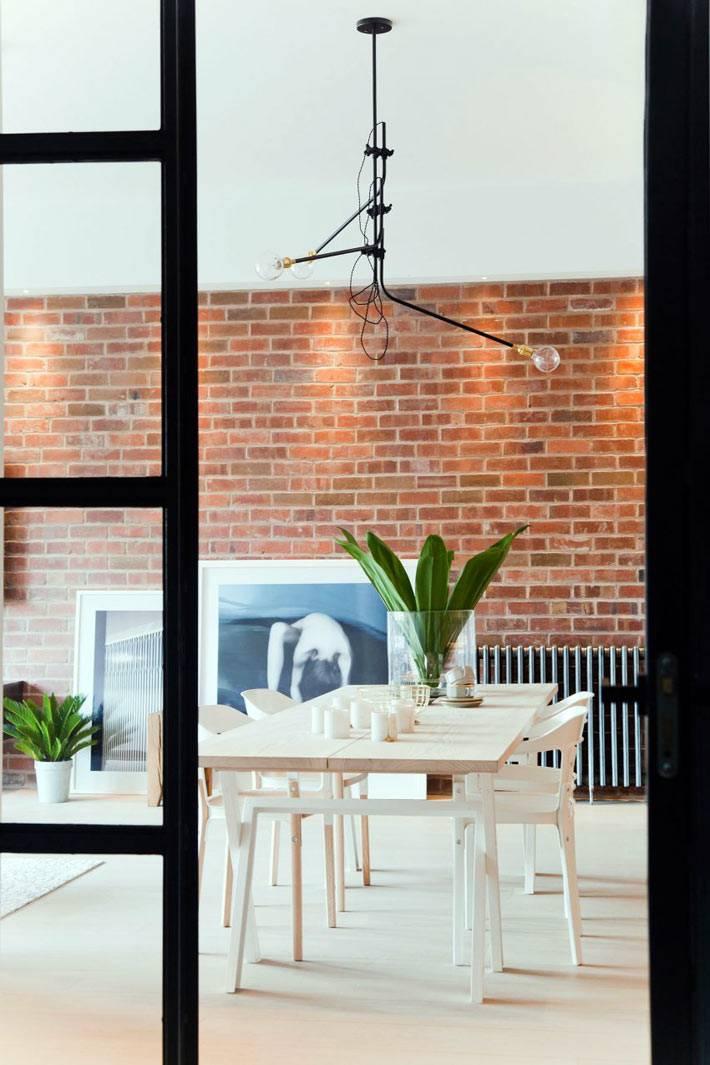Обеденная зона в квартире с кирпичной стеной фото