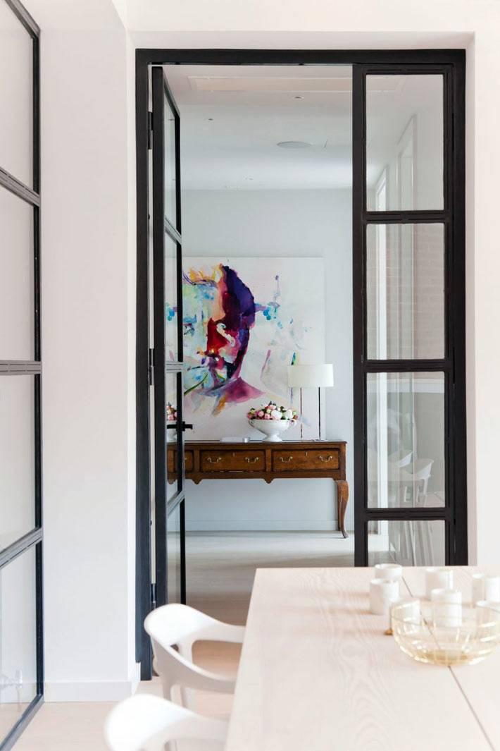 Межкомнатные двери с черной рамой в квартире фото