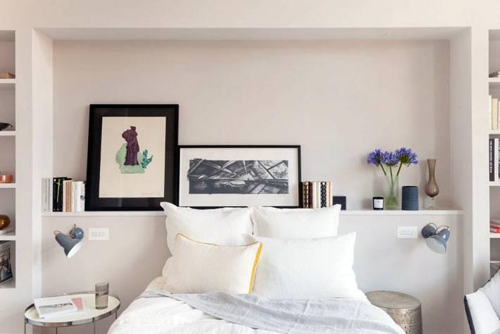Удобная полка в изголовье кровати в спальной комнате фото