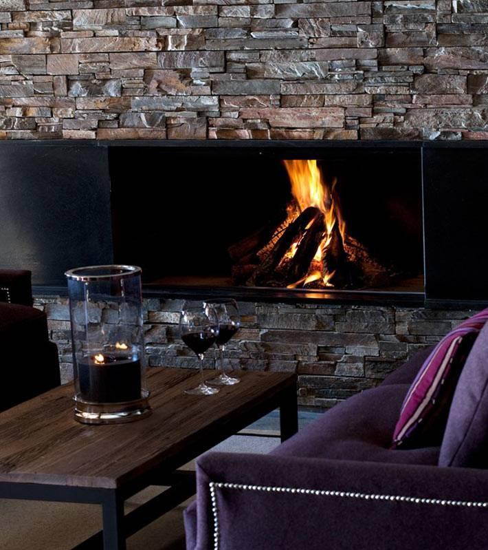 Уютный интерьер шале с камином фото