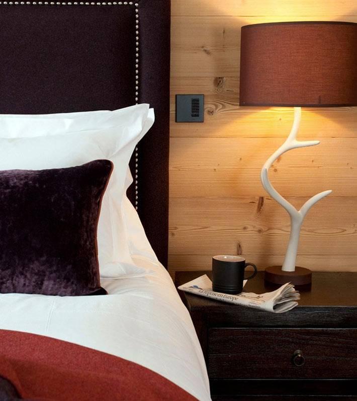 Креативный дизайнерский светильник на прикроватной тумбе фото