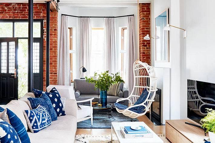 Подвесное плетеное кресло в интерьере дома фото