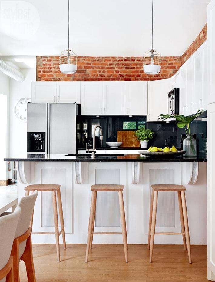 Дизайн кухни с барной стойкой и кирпичной стеной фото