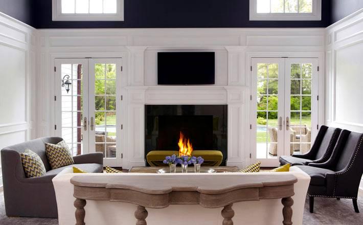 бело-синяя гостиная комната с камином в доме