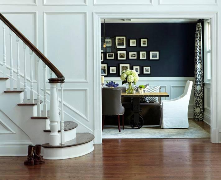 деревянные панели на стенах большого холла в доме