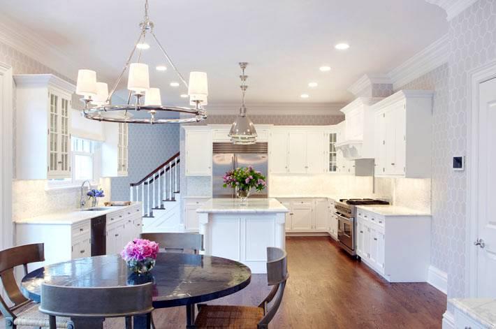 кухня разделена на 2 зоны: рабочую и столовую фото