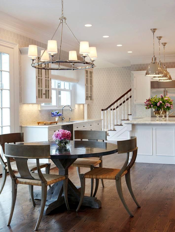 круглая люстра над круглым обеденным столом на кухне