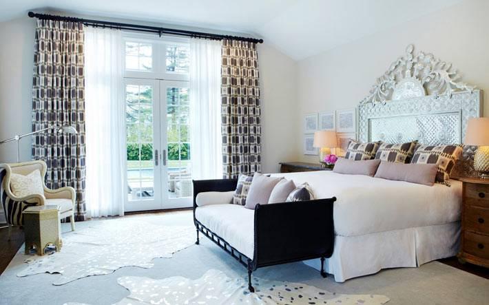 Великолепная кровать с королевским изголовьем в спальне фото