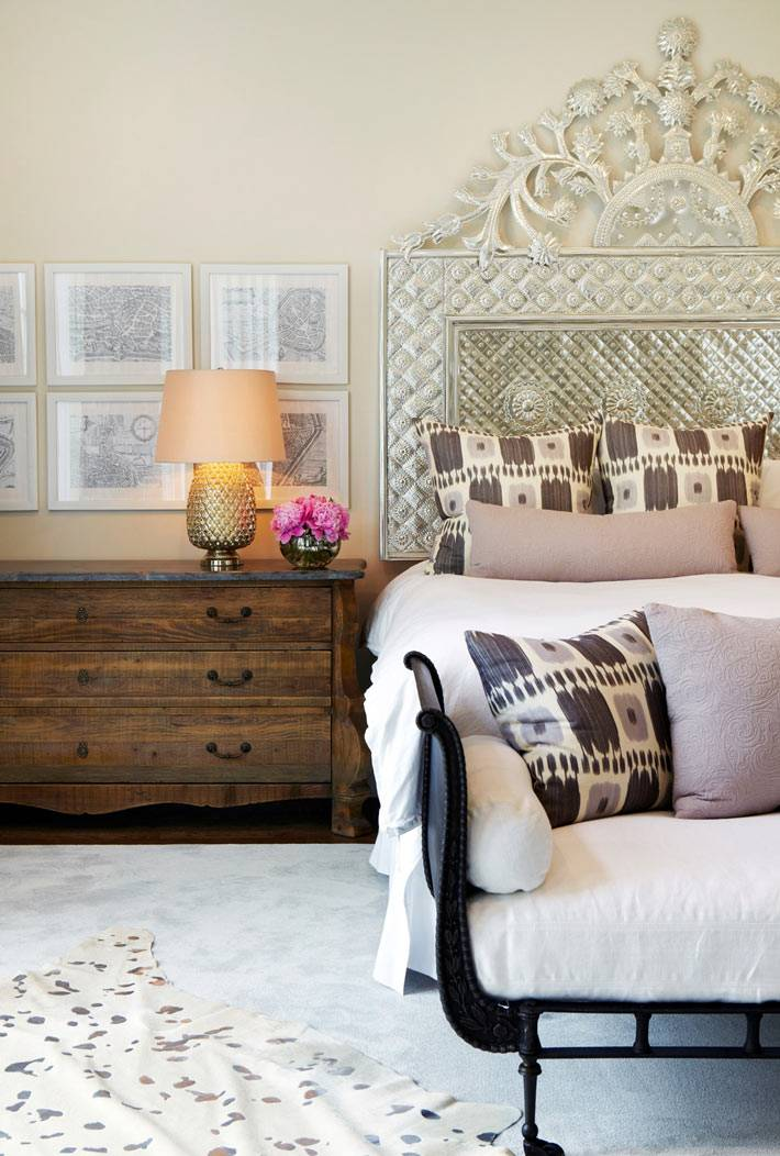 красивая кровать с резным металлическим изголовьем