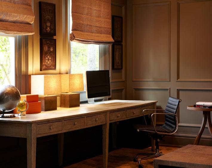 рабочий кабинет имеет два окна и большой стол для двоих фото