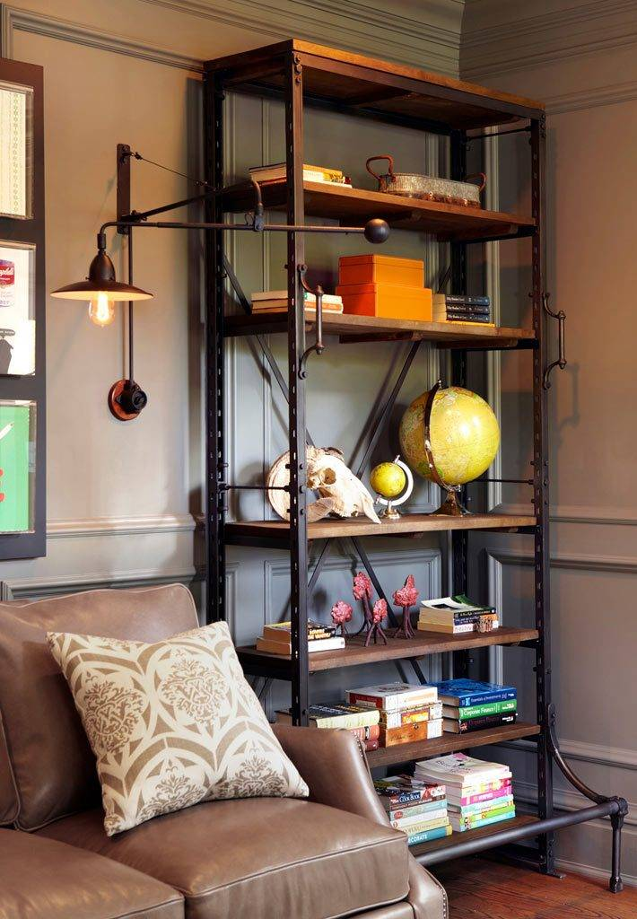 Металлический стеллаж для книг и глобусов в кабинете фото