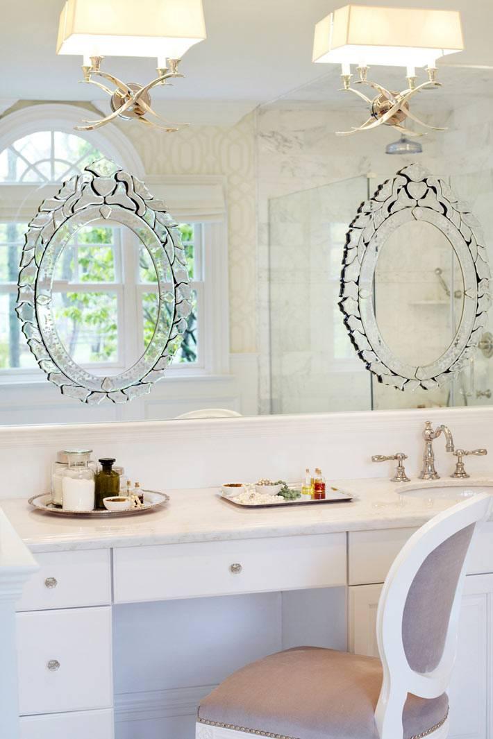 Утонченный дизайн ванной комнаты с туалетным столиком фото
