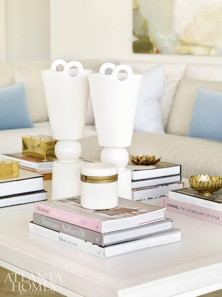 Белые и золотые детали в декоре гостиной в интерьере квартиры фото
