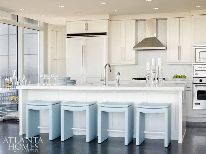 Красивый дизайн кухни в белом цвете с голубыми стульями фото