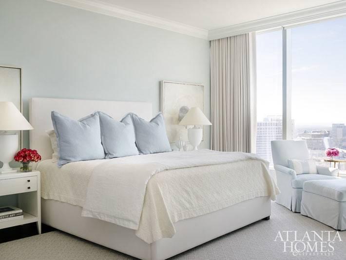 Красивая спальня с панорамными окнами фото