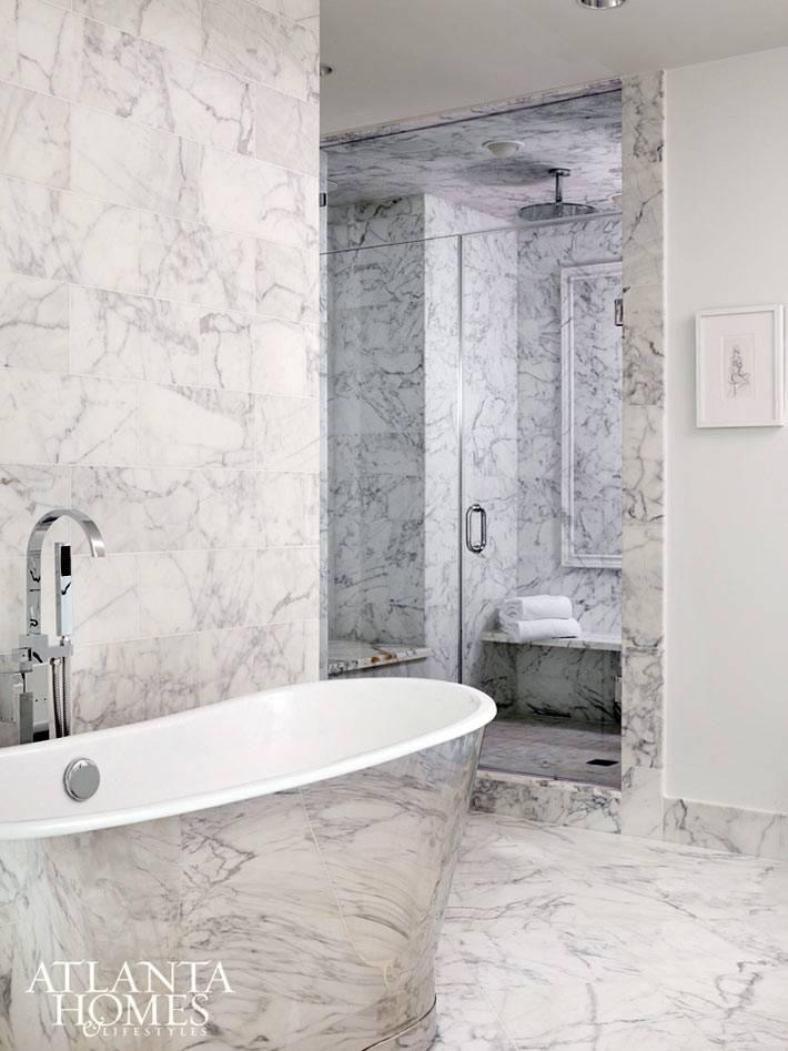 Мраморная ванна и мрамор на стенах в дизайне ванной комнаты фото