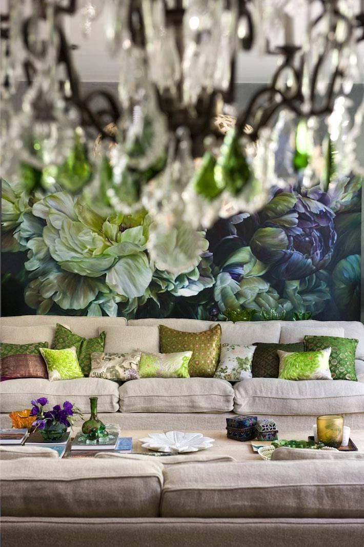 стена в интерьере гостиной расписана вручную большими цветами
