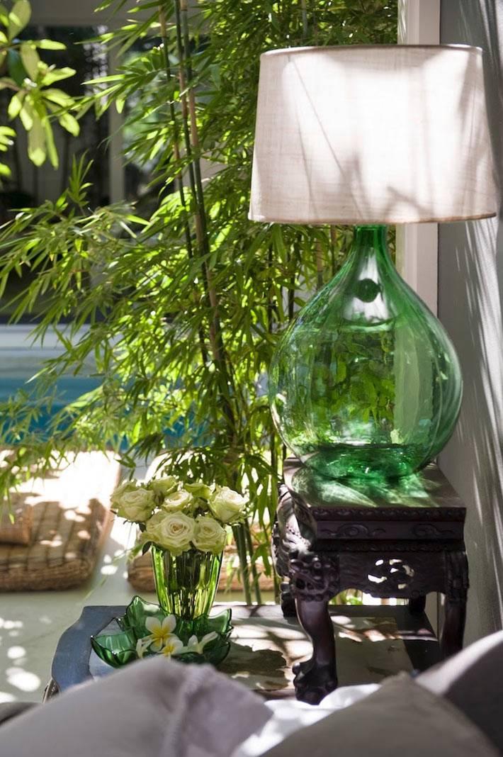 Живые растения и много света в дизайне интерьера спальни фото