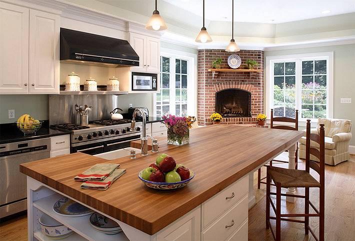 Угловой камин-печь из кирпича в интерьере кухни фото
