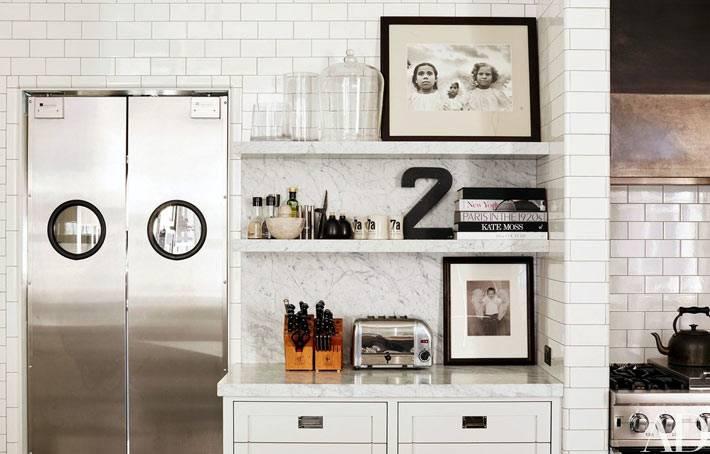 Белая плитка на кухне создает ощущение стерильности помещения фото