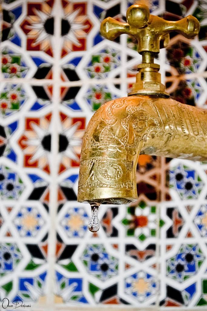Красивые детали марокканского стиля в ванной комнате фото