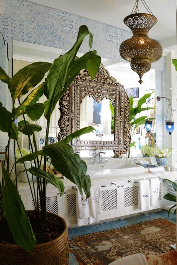 Роскошное зеркало и живые растения в интерьере ванной комнаты фото