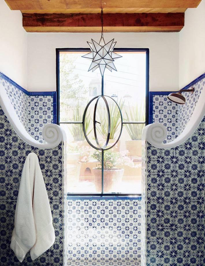 Плитка с марокканским орнаментом на стенах ванной комнаты фото